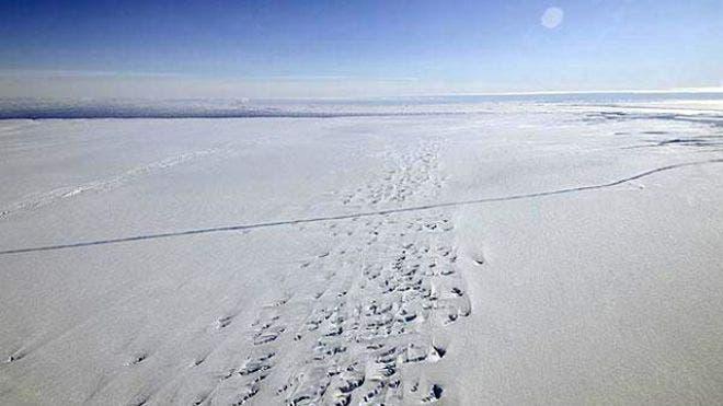 NASA's Operation IceBridge discovered a major rift in the Pine Island Glacier in western Antarctica. (c) NASA