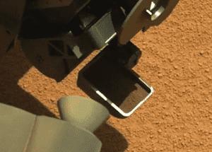 curiosity-scoops-martian-sand