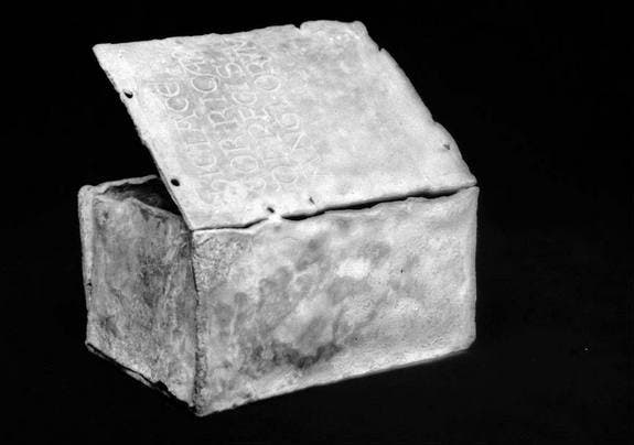 "This box, discovered in the XIX century, contained Richard's heart. It reads ""Here is the heart of Richard, King of England."" (c) Musée départemental des Antiquités © Yohann Deslandes/CG76"