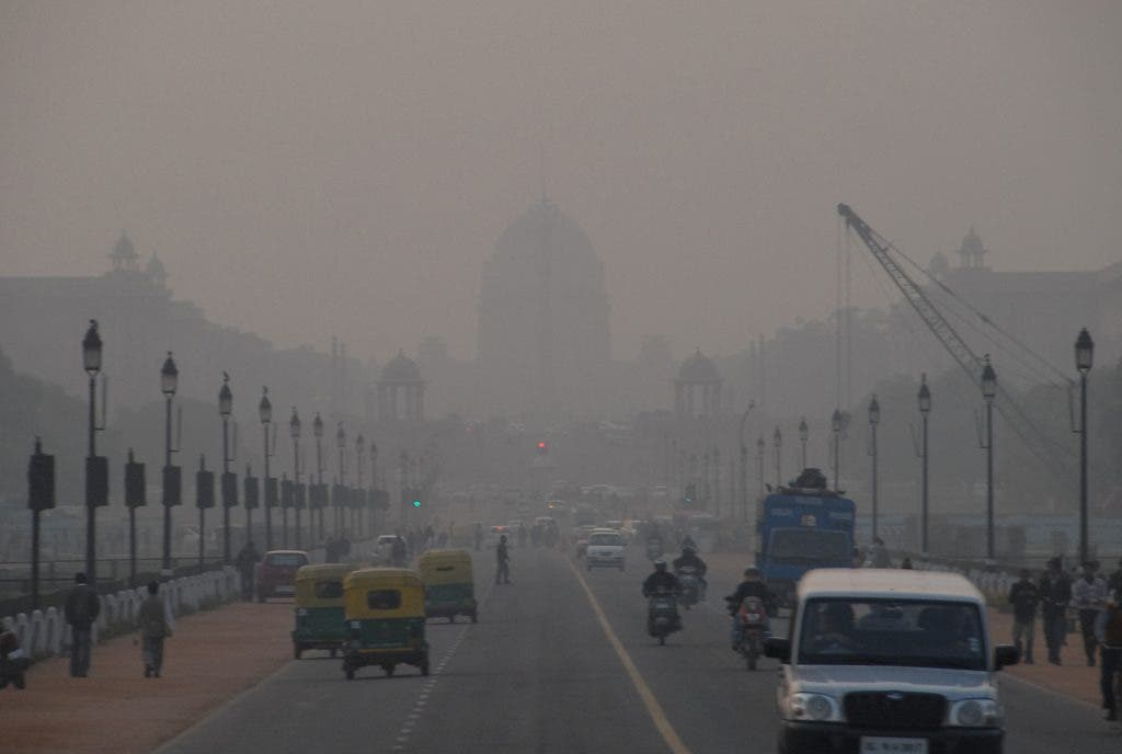 Smog in India. Ozone, the main component of smog, is a plant-damaging pollutant formed by emissions from vehicles, cooking stoves and other sources. Credit: Mark Danielson/Flickr