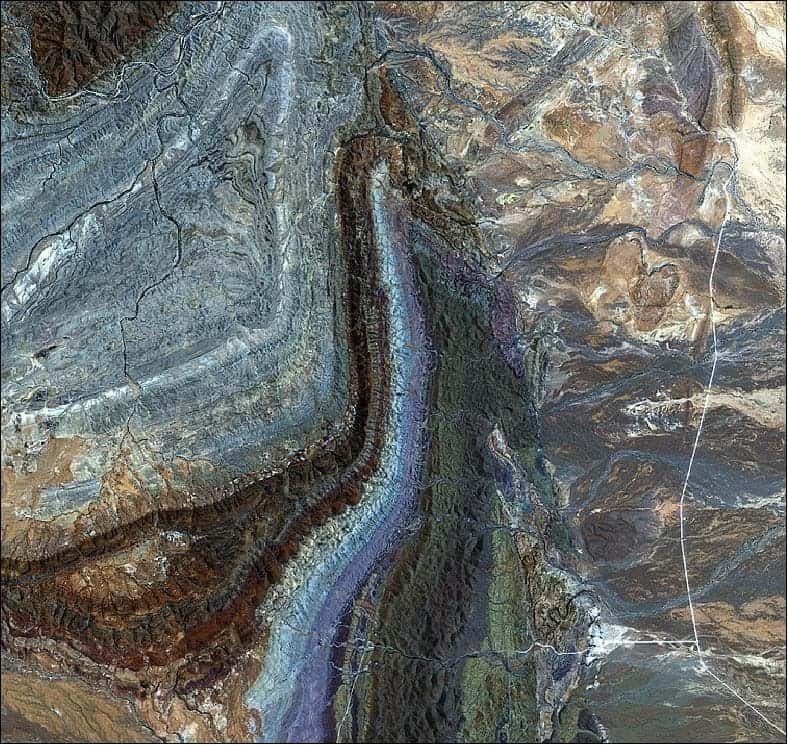 The curving structures that dominate this image are part of a larger geosyncline – a subsiding linear trough in Earth's crust – that includes the Flinders Ranges. The geosyncline consists of sedimentary rocks in a basin that were folded about 500 million years ago and have been eroded to the current landscape.