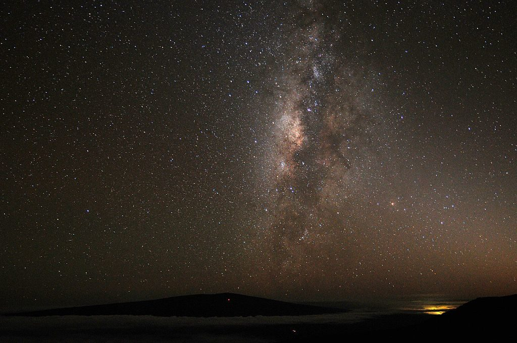 The skyline view during the night from Mauna Kea. No wonder there's a huge astronomical observatory here. Credit: Wikimedia Commons.