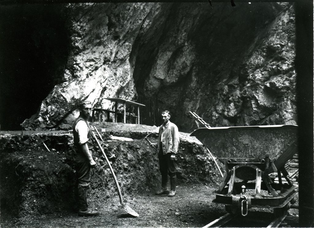 Excavations at the entrance of Hohlenstein-Stadel cave in 1937, the year when the Neanderthal femur was discovered. Credit: Museum Ulm.
