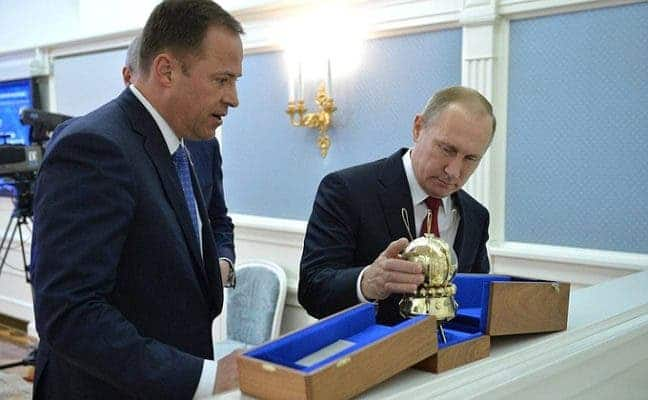 Roscosmos chief Igor Komarov (left) with Russian President Vladimir Putin. Credit: Kremlin.