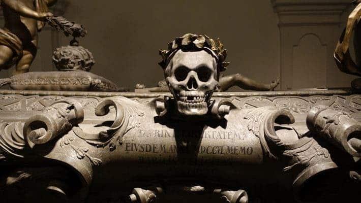 Skull statue.