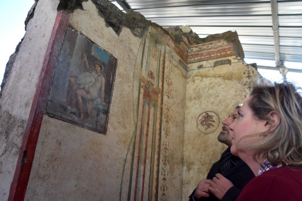 Archaeologists admire fresco of Ledo and the swan. Credit: Pompeii Sites.