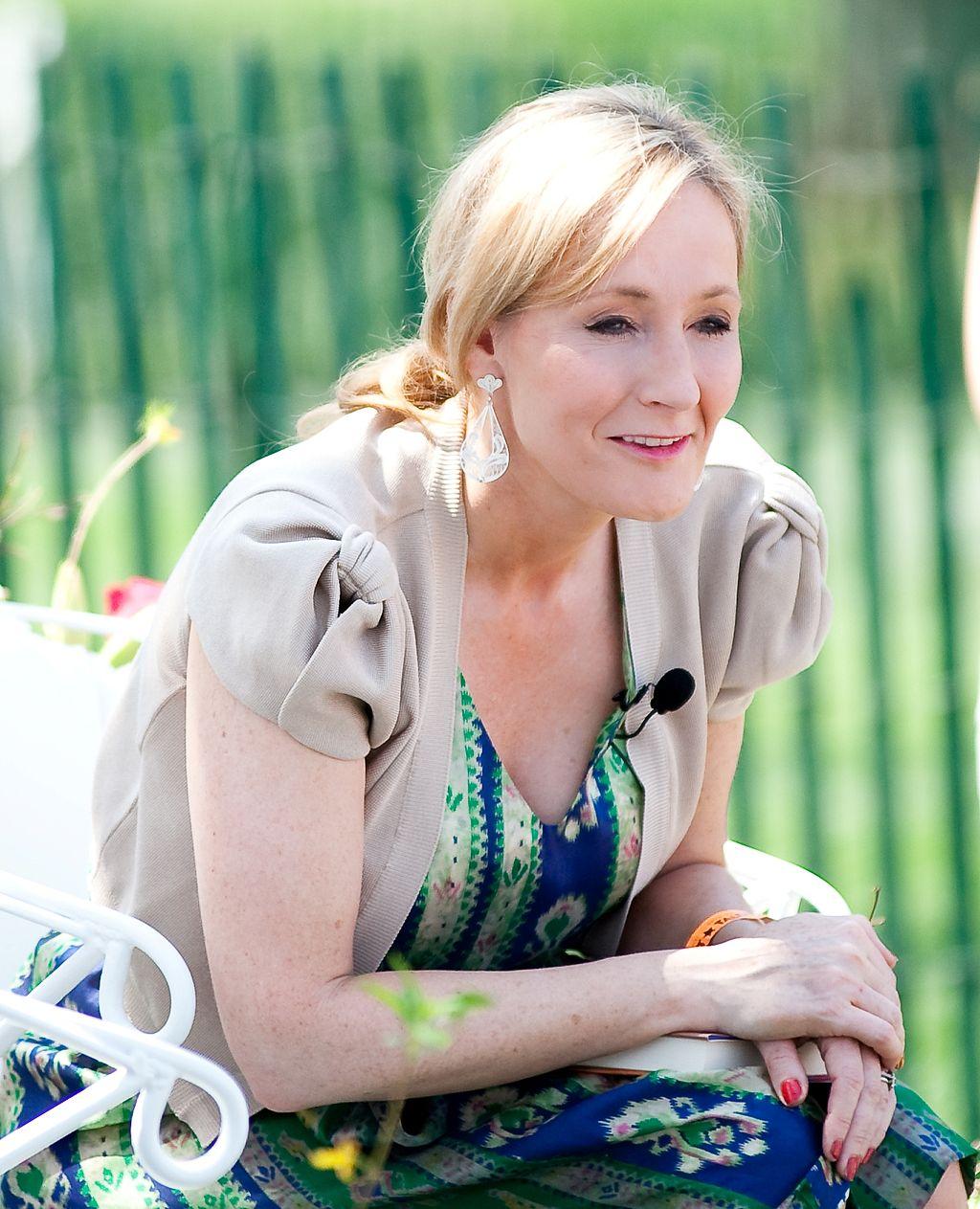 JK Rowling приписывает простому дыхательному упражнению помощь при инфекции COVID-19. Врачи и медсестры говорят, что это полезно thumbnail